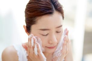 洗顔中の女性の写真素材 [FYI01777456]