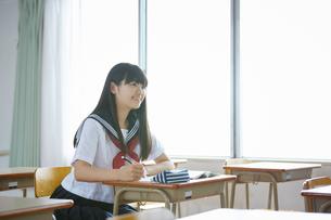 教室で勉強するセーラー服の生徒の写真素材 [FYI01777466]