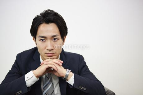 真剣な表情のビジネスマンの写真素材 [FYI01777469]