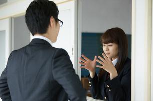 話をする男性教師と女子高生の写真素材 [FYI01777472]