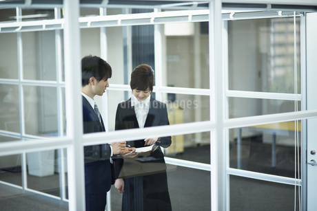 オフィスの上司と部下の写真素材 [FYI01777476]