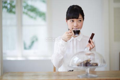 ティータイムを楽しむ若い女性の写真素材 [FYI01777488]