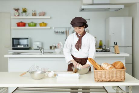 若いパン職人の写真素材 [FYI01777492]