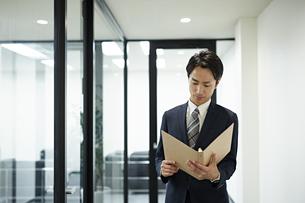 資料を見るビジネスマンの写真素材 [FYI01777517]