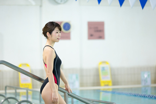 プールサイドの水着女性の写真素材 [FYI01777544]