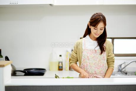 料理中の女性の写真素材 [FYI01777558]