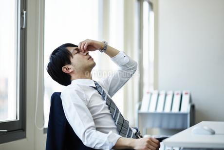 仕事に疲れたビジネスマンの写真素材 [FYI01777568]