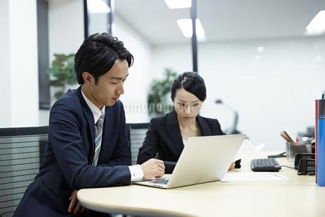 パソコンを見るビジネスマンの写真素材 [FYI01777596]