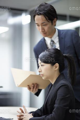 先輩社員の意見を聞くビジネスウーマンの写真素材 [FYI01777605]