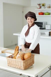 若いパン職人の写真素材 [FYI01777684]