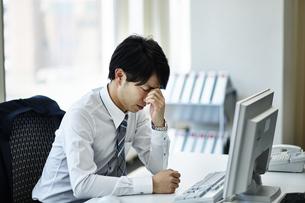 仕事に疲れたビジネスマンの写真素材 [FYI01777726]