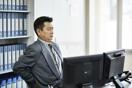 仕事に疲れたビジネスマンの写真素材 [FYI01777757]