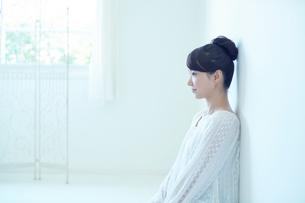 部屋で寛ぐ若い女性の写真素材 [FYI01777795]