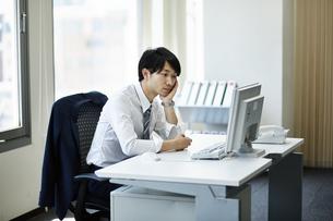 仕事に疲れたビジネスマンの写真素材 [FYI01777823]