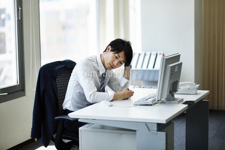 仕事に疲れたビジネスマンの写真素材 [FYI01777825]
