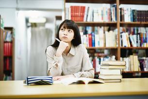 図書室で勉強する大学生の写真素材 [FYI01777832]