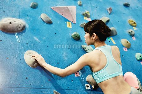 ボルダリング中の女性の写真素材 [FYI01777849]