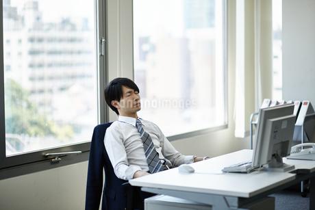 仕事に疲れたビジネスマンの写真素材 [FYI01777863]