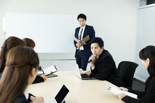 会議中のビジネスマンの写真素材 [FYI01777866]