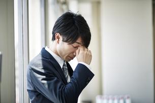 仕事に疲れたビジネスマンの写真素材 [FYI01777895]