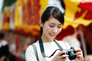 カメラで写真を撮る女性の写真素材 [FYI01777947]