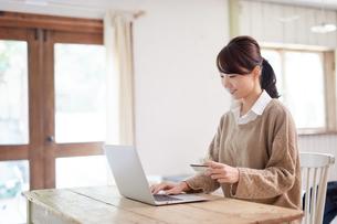 ネットショッピングをする女性の写真素材 [FYI01777975]