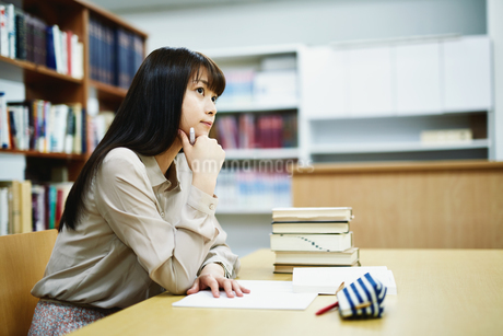 図書室で勉強する大学生の写真素材 [FYI01777988]