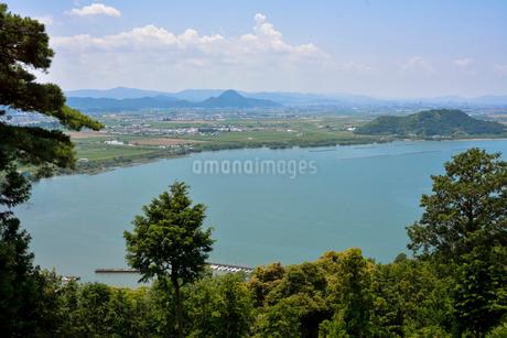 長命寺山から見た琵琶湖と三上山の写真素材 [FYI01778009]