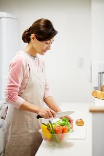 野菜を切る主婦の写真素材 [FYI01778015]