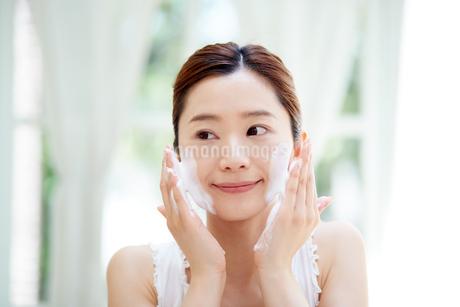 洗顔中の女性の写真素材 [FYI01778123]