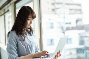 ノートパソコンを使う女性の写真素材 [FYI01778131]