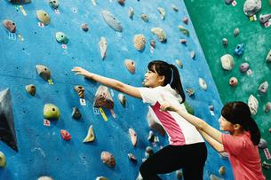ボルダリング中の女性の写真素材 [FYI01778137]