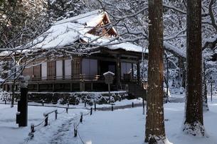 1月冬 雪の大原三千院 京都の雪景色の写真素材 [FYI01778245]