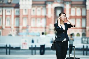 携帯電話を使う女性の写真素材 [FYI01778292]
