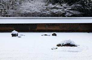 1月冬 雪の龍安寺 京都の雪景色の写真素材 [FYI01778303]