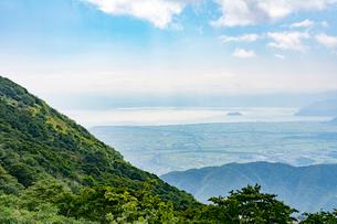 伊吹山から見た近江平野と琵琶湖・竹生島の写真素材 [FYI01778403]