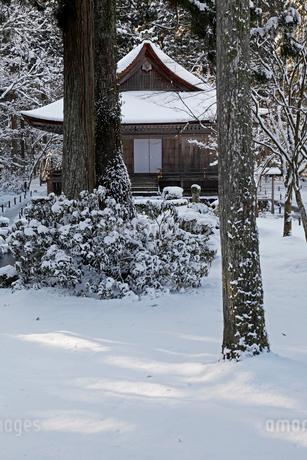 1月冬 雪の大原三千院 京都の雪景色の写真素材 [FYI01778419]