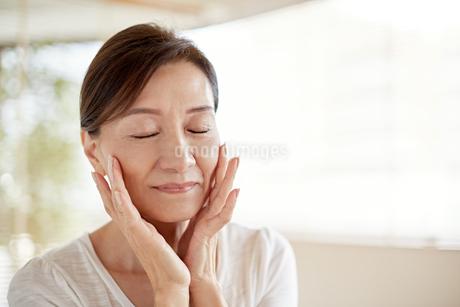肌の綺麗な中高年女性の写真素材 [FYI01778495]
