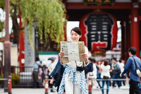 浅草で地図を見る女性の写真素材 [FYI01778542]