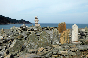 11月 五島列島の日島曲古墓群の写真素材 [FYI01778640]
