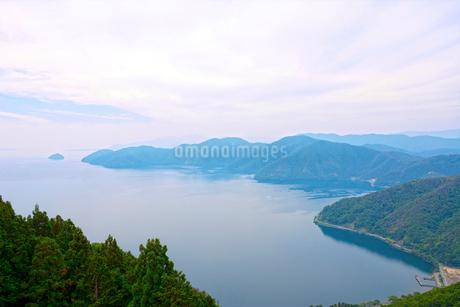 奥琵琶湖 葛籠尾崎と竹生島を望むの写真素材 [FYI01778724]