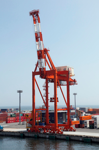 8月 仙台港のガントリークレーンとコンテナの写真素材 [FYI01778771]