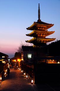 3月春 黄昏の八坂の塔 京都の春景色の写真素材 [FYI01778783]