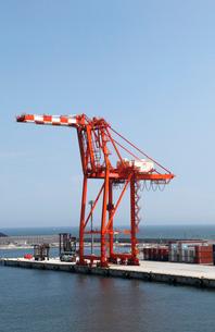 8月 仙台港のガントリークレーンとコンテナの写真素材 [FYI01778829]