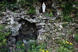 11月 五島列島の井持浦教会のルルドの写真素材 [FYI01778861]