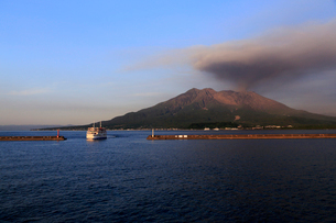 平成27年7月,鹿児島市街から見た噴火する桜島の写真素材 [FYI01778879]