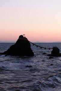 12月歳末 夜明けの夫婦岩越しの富士山-伊勢二見浦の写真素材 [FYI01778899]