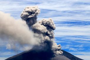 平成27年6月,海潟港から見た噴火する桜島の写真素材 [FYI01778938]