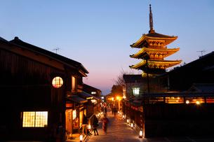3月春 黄昏の八坂の塔 京都の春景色の写真素材 [FYI01778946]