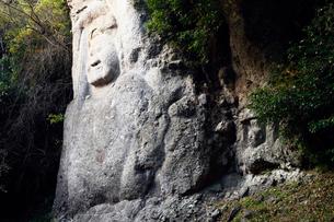 11月 夕暮れの熊野磨崖仏の写真素材 [FYI01779002]